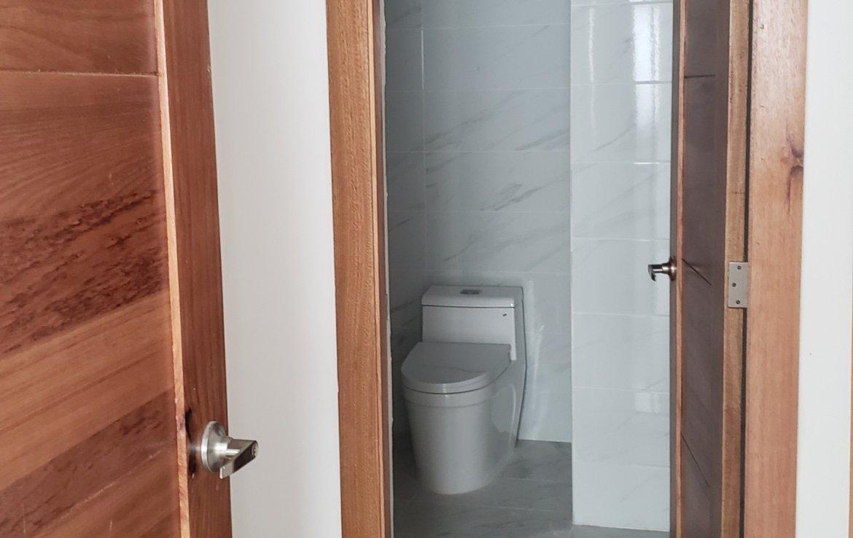 Vestidor con baño apartamento urbanización real