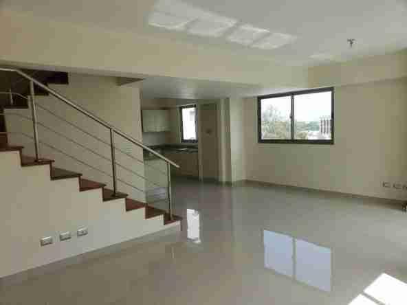 Apartamento en Renta - Ensanche Paraíso - sala y escalera y cocina